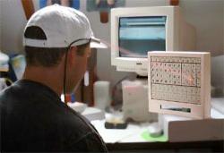 Persoon met laserpen die virtueel toetsenbord bedient.