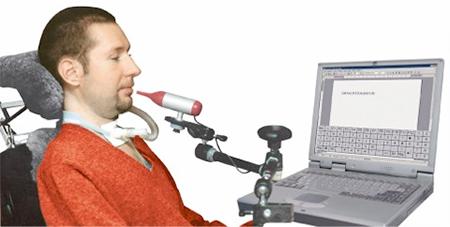 Persoon die met puff and sip een computer bedient.